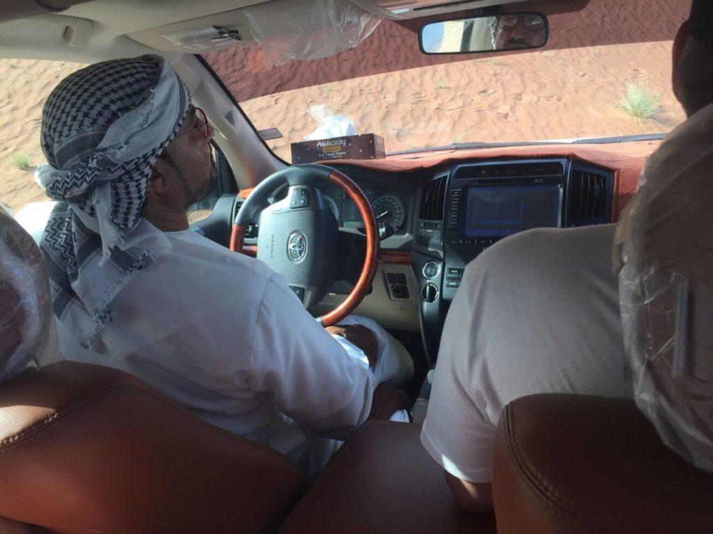 Uvnitř vozu- pouštní safari