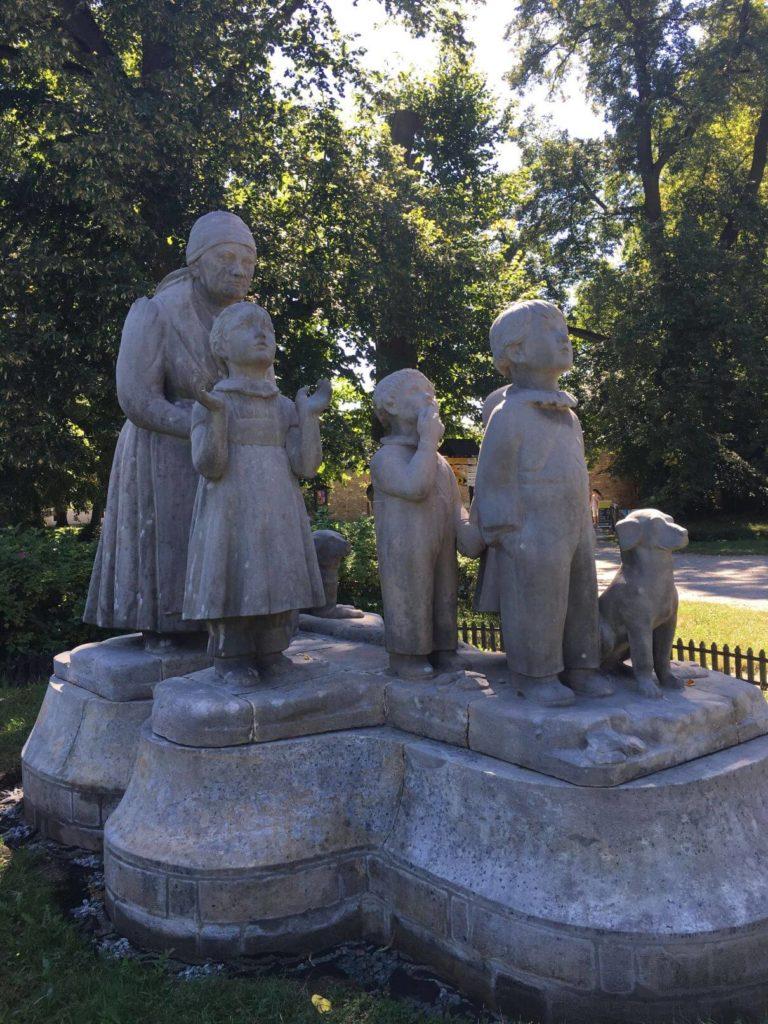 Socha babičky s dětmi