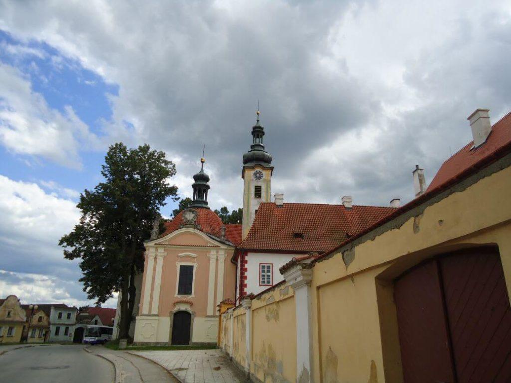 Klášter Borovany z náměstí