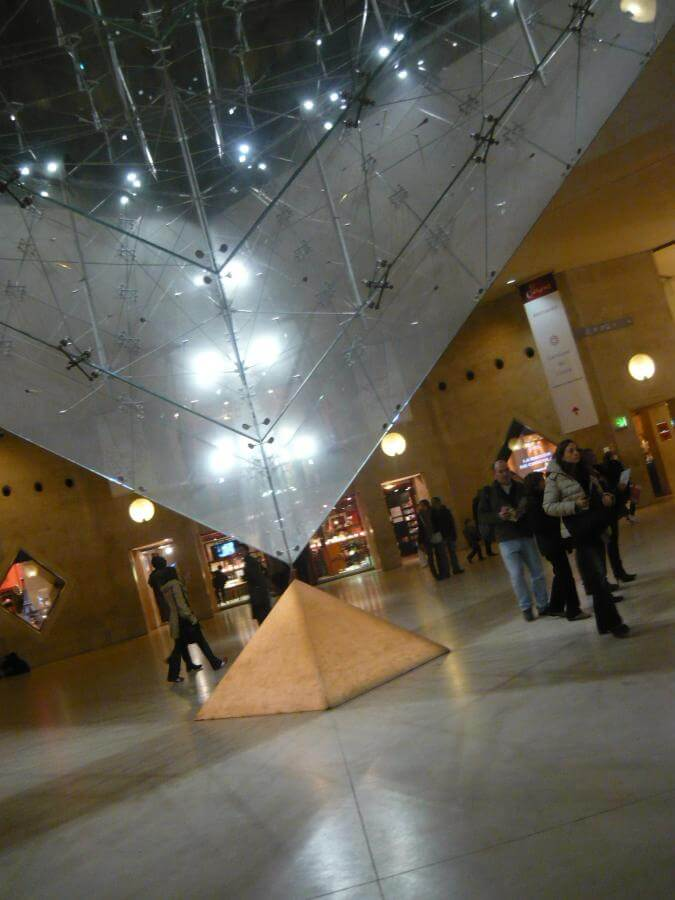 Uvnitř Louvre
