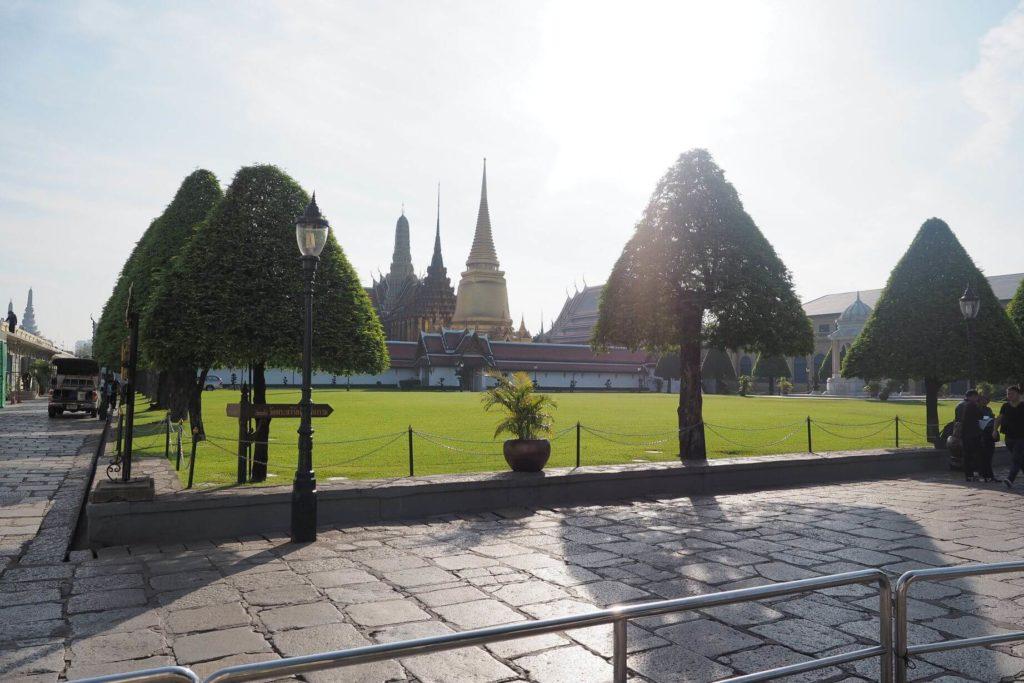 Před vstupem do paláce