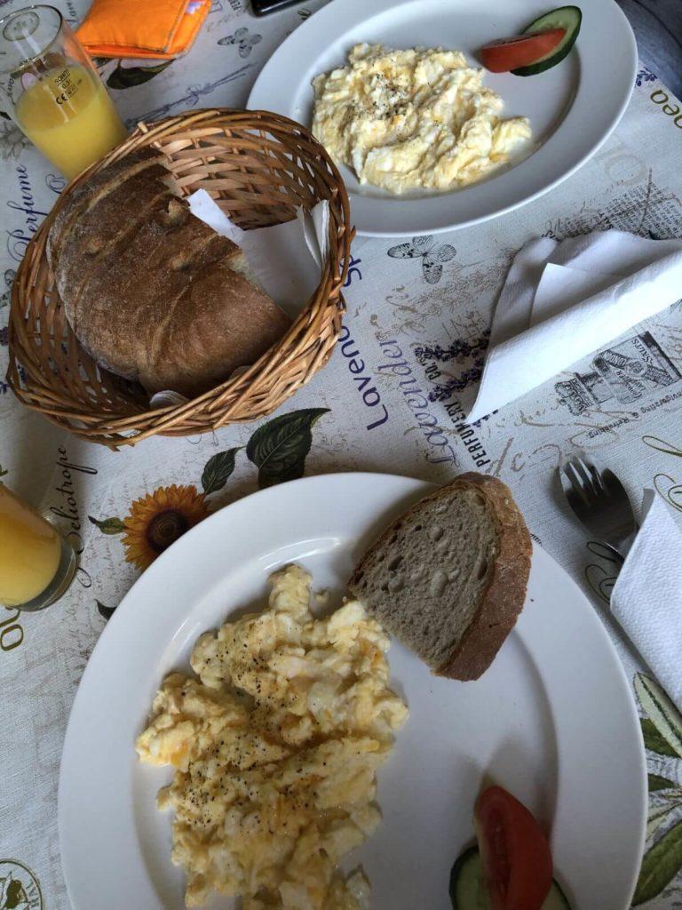 Snídaně v kempu